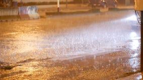 Precipitación tropical en la noche en el camino en Asia Soporte y paseo de los coches debajo de las fuertes lluvias tailandia metrajes