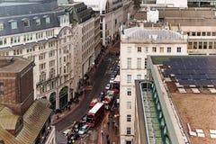 Precipitación y señales de tráfico del tráfico en Londres Fotos de archivo