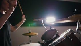 Precipitarsi la ragazza con il batterista della percussione dei capelli neri comincia giocare i tamburi archivi video