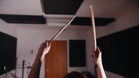 Precipitarsi la ragazza con il batterista della percussione dei capelli neri comincia giocare i tamburi stock footage