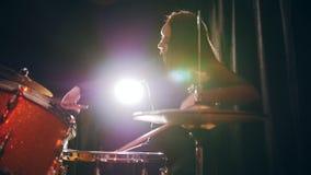 Precipitarsi ragazza con il batterista di percussione dei capelli di scorrimento che esegue con i tamburi, movimento lento archivi video