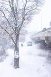 Precipitazioni nevose al ponticello nella città Immagine Stock