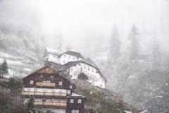 Precipitazioni nevose dense sopra il paesino di montagna Fotografie Stock