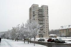 Precipitazioni nevose di inverno nella capitale del distretto di Fabijoniskes della città della Lituania Vilnius Fotografia Stock