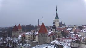 Precipitazioni nevose di marzo sopra vecchia Tallinn L'Estonia archivi video