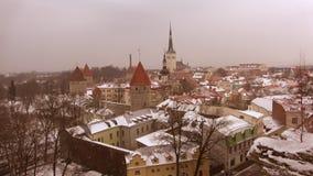 Precipitazioni nevose di sera a vecchia Tallinn L'Estonia archivi video