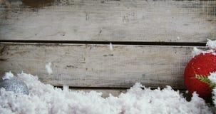 Precipitazioni nevose false sulla decorazione di natale video d archivio