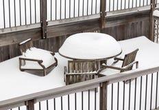 Precipitazioni nevose profonde sulla tavola e sulle sedie all'aperto Immagini Stock Libere da Diritti