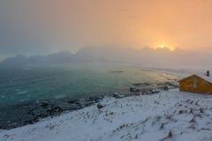 Precipitazioni nevose sopra la baia di inverno all'alba Fotografia Stock