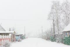 Precipitazioni nevose in villaggio Immagini Stock