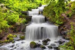 Precipiti a cascata la cascata nel parco dell'ONU Blomen di Planten a Amburgo Immagine Stock