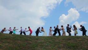 Precis att gifta sig med gäster som dansar på en kulle arkivfilmer