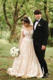 Precis bakgrund, kvast och brud för gift coupleon som grön går i skogen royaltyfri foto