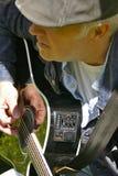 Precis en man och hans gitarr Arkivfoton