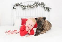 Precis en pojke och hans hund fotografering för bildbyråer