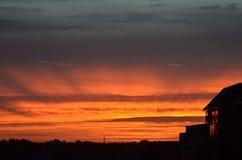 Precis för soluppgång över en stad arkivfoto