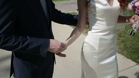 Precis gå för gift par långsam rörelse arkivfilmer