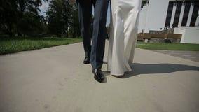 Precis gå för gift par långsam rörelse stock video
