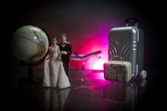 Precis gift loppbegrepp Konstverktabellgarnering med par nära resväskor som är klara att fira smekmånad blå mörk oändlighet för b royaltyfri bild