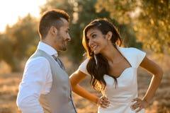 Precis gift par i naturbakgrund royaltyfria bilder