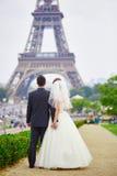 Precis gift par i Paris nära Eiffeltorn arkivbilder
