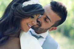 Precis gift par i stads- bakgrund royaltyfria bilder
