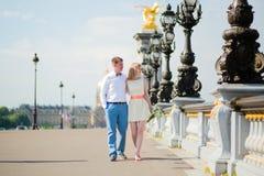 Precis gift par på den Alexandre III bron royaltyfri bild
