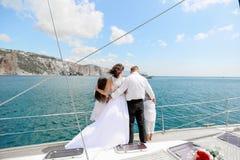 Precis gift par p? yachten lycklig bruddagbrudgum deras br?llop royaltyfria foton