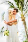 Precis gift par som delar intimt ögonblick royaltyfri foto