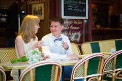 Precis gift par som dricker kaffe i ett kafé Arkivbilder