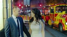 Precis gift par som går nattstaden stock video