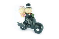 Precis gift par som rider en moped Arkivbild
