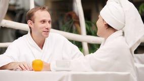 Precis gift par som unhurriedly talar efter morgonbad stock video