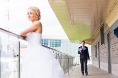Precis gift par utomhus Arkivfoto