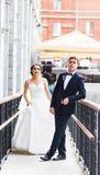 Precis gift par utomhus Arkivfoton