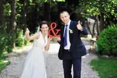 Precis gift par - utomhus stående Royaltyfri Foto