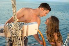 Precis gift resande på en yacht royaltyfri foto