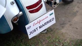 Precis gift teckennummer på mopeden arkivfilmer