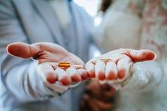 Precis gifta händer och musikband - Royaltyfri Foto