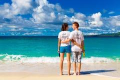 Precis gifta unga lyckliga älska par som har gyckel på tropicaen Royaltyfri Fotografi