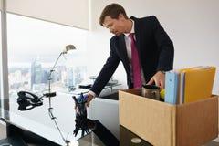 Precis hyrd affärsman i det nya kontoret som sätter skrivbordet i beställning Arkivbild