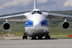 Precis jordägande An-124-100 som kom med submarinaen Mir-1 Royaltyfri Foto