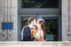 Precis kopplar ihop det gifta barnet att posera i bröllopfoto royaltyfri bild