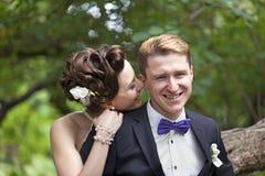 Precis kyssa för gift par Royaltyfria Bilder