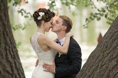 Precis kyssa för gift par Fotografering för Bildbyråer