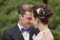 Precis kyssa för gift par Arkivbilder