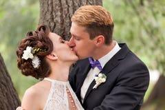 Precis kyssa för gift par Royaltyfri Fotografi