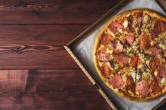 Precis levererad pizza i ask på trätabellen, bästa sikt Fotografering för Bildbyråer