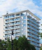 Precis ny builded lyxig apartamenthus, fönster och balkong Royaltyfria Foton