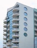 Precis ny builded lyxig apartamenthus, fönster och balkong Royaltyfri Bild